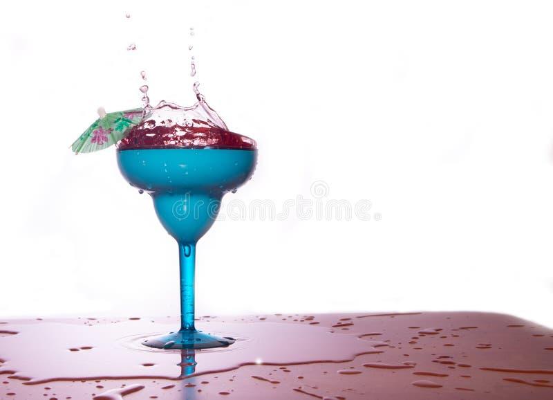 Коктеиль в стекле с выплеском воды стоковое изображение