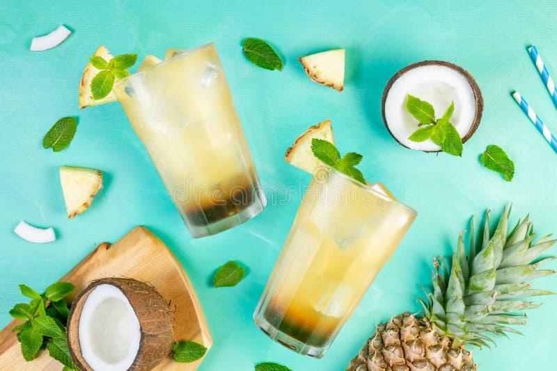 Коктеиль кофе лета с кокосом и ананасом стоковые фотографии rf