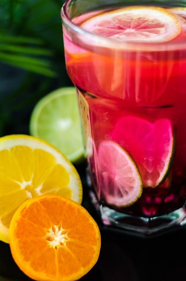 Коктеиль лета холодный с семенами венисы, кусками лимона, мандарином и известкой стоковые фотографии rf