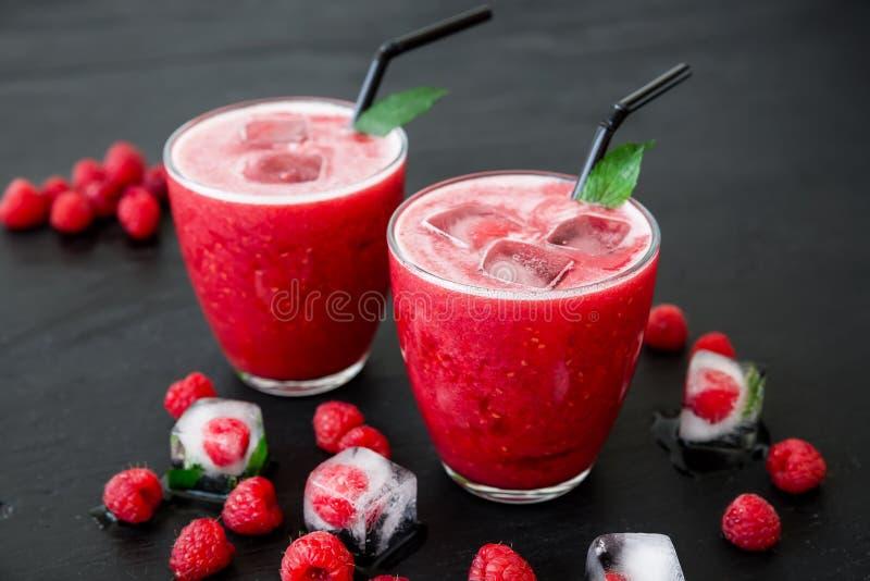 Коктеиль поленики с льдом и ягодами Вкусный smoothie плодоовощ стоковые изображения