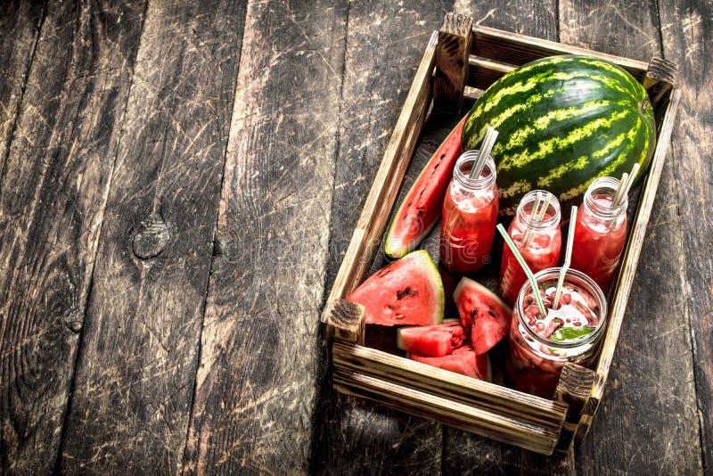 Коктеиль свежих арбузов в бутылках стоковое изображение