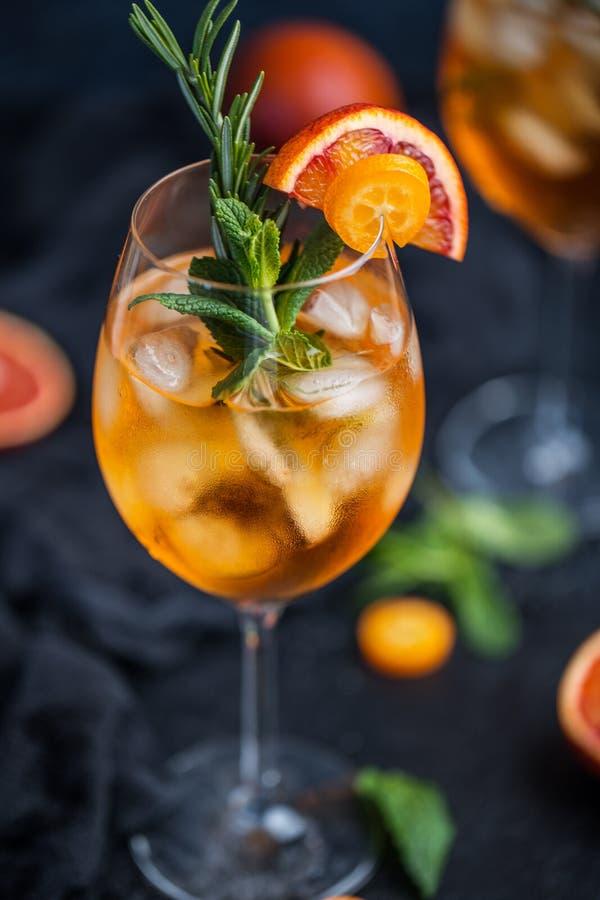 Коктеиль с апельсиновым соком и кубами льда Стекло питья оранжевой соды на темной предпосылке стоковые фотографии rf