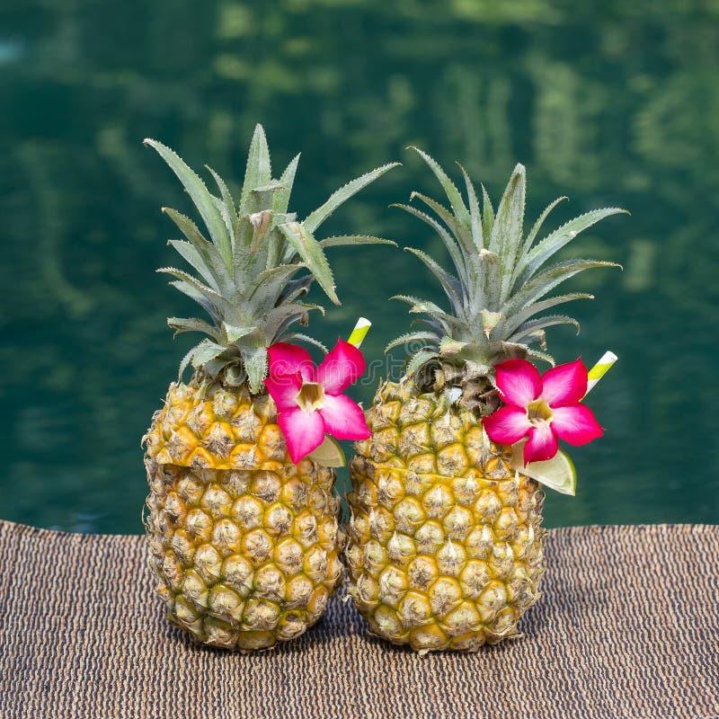 Коктеиль colada Pina в свежих 2 ананасах приближает к бассейну Остров Бали, Индонезия стоковые изображения rf