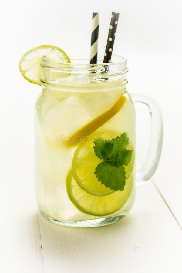 Коктеиль Mojito лимонада с холодными свежими листьями льда, лимона и мяты в опарнике каменщика стоковое фото rf