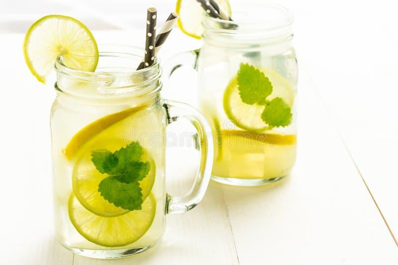 Коктеиль Mojito лимонада с холодными свежими листьями льда, лимона и мяты в опарнике каменщика стоковые изображения rf