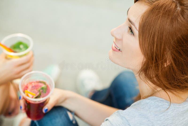 2 коктеиля питья girks стоковые изображения rf