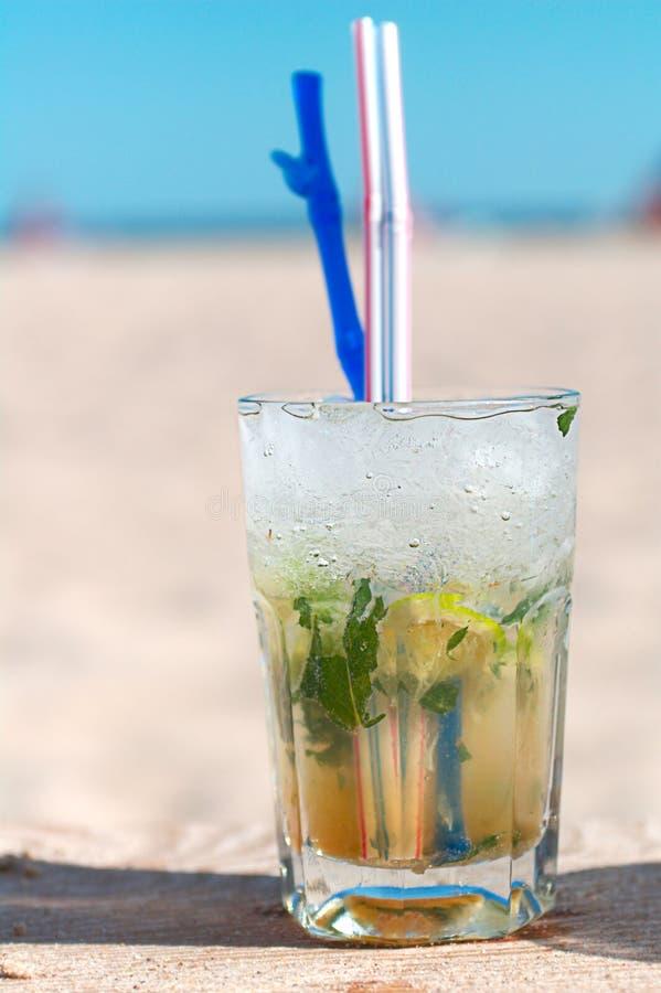 Коктеил Mojito на пляже стоковые изображения