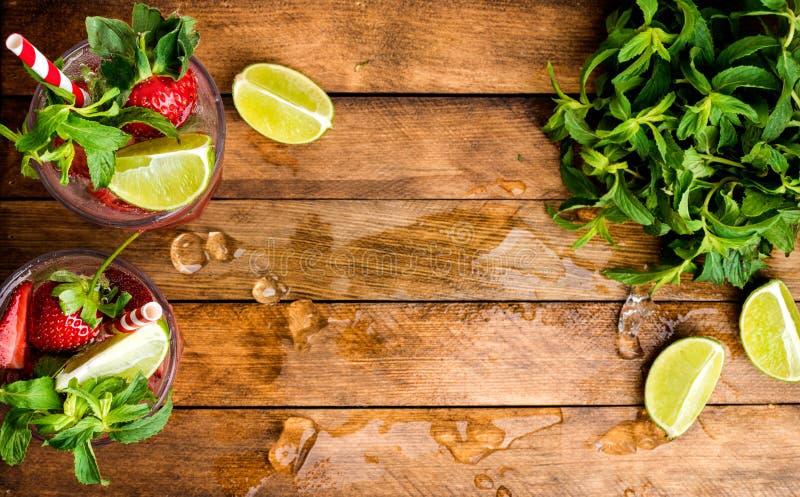 Коктеили лета mojito клубники с мятой и известкой в стеклах стоковые фото