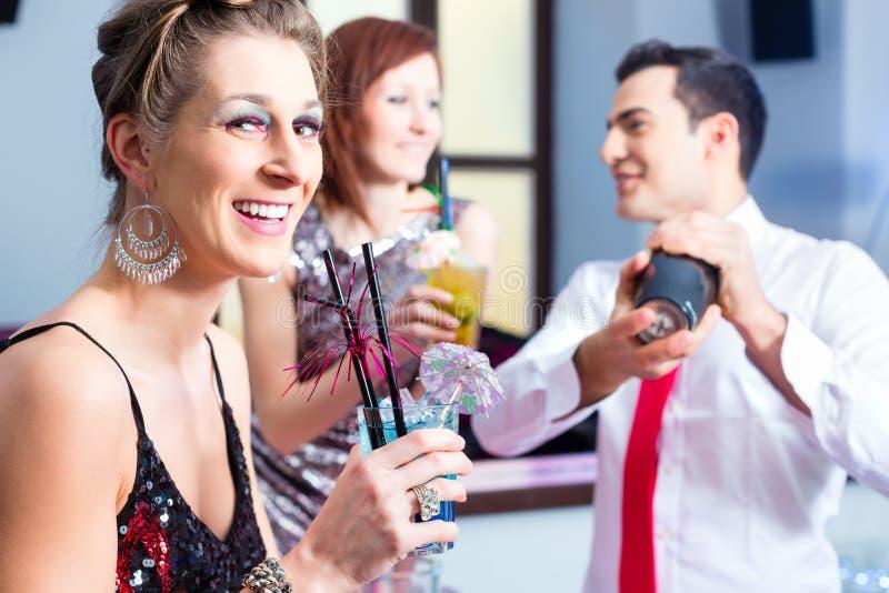 Download Коктеили женщины выпивая в коктейль-баре Стоковое Фото - изображение насчитывающей баритона, discotheque: 41663422
