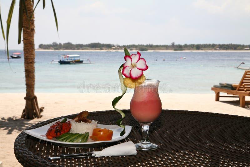 Коктеил плодоовощ на пляже стоковое фото rf
