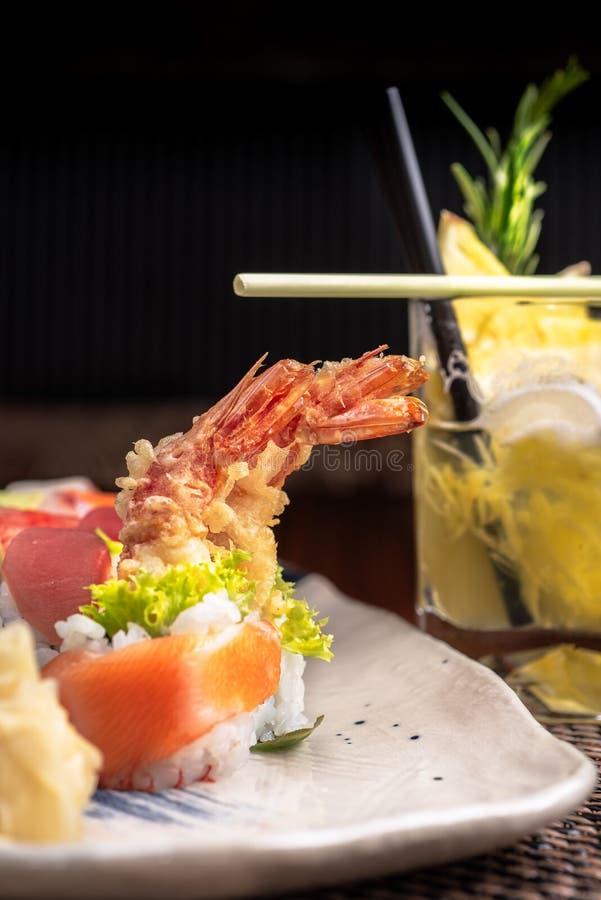 Коктеиль и плита суш в японском ресторане стоковое фото rf