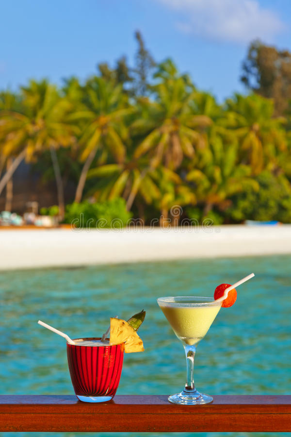 Коктеиль плодоовощ на пляже Мальдивов стоковые фотографии rf