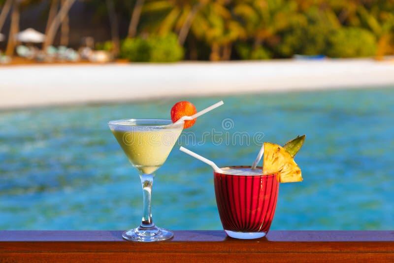 Коктеиль плодоовощ на пляже Мальдивов стоковая фотография rf
