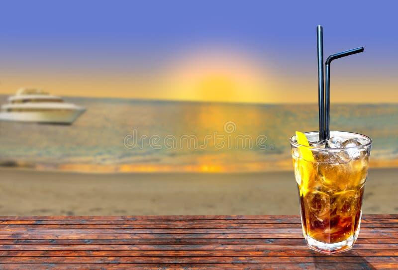 Коктеиль libre Кубы экзотический вкусный с красивым заходом солнца и шлюпкой стоковая фотография rf