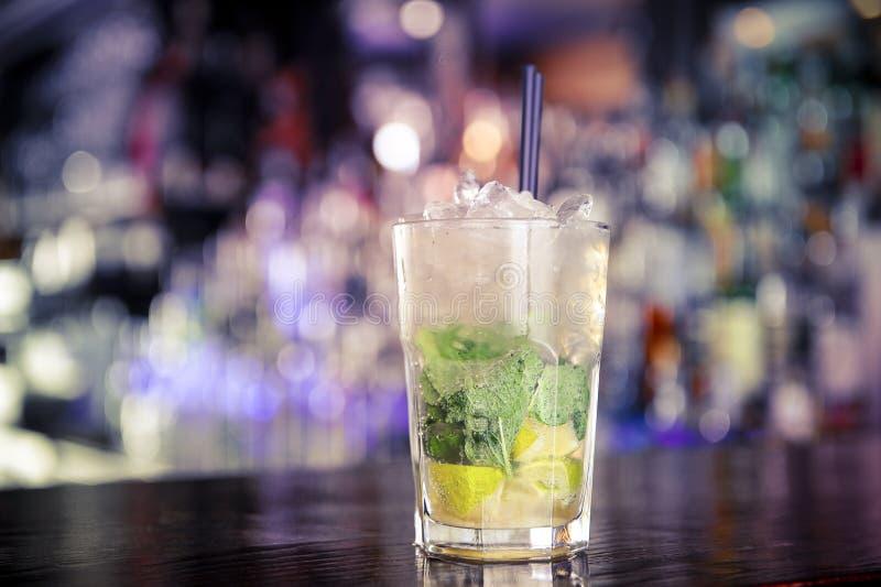 Коктеиль Mojito на баре стоковое изображение rf