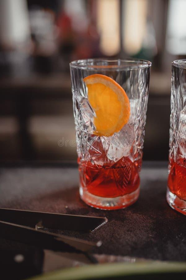 Коктейли в коктейль-баре с оранжевым и красным стоковое изображение