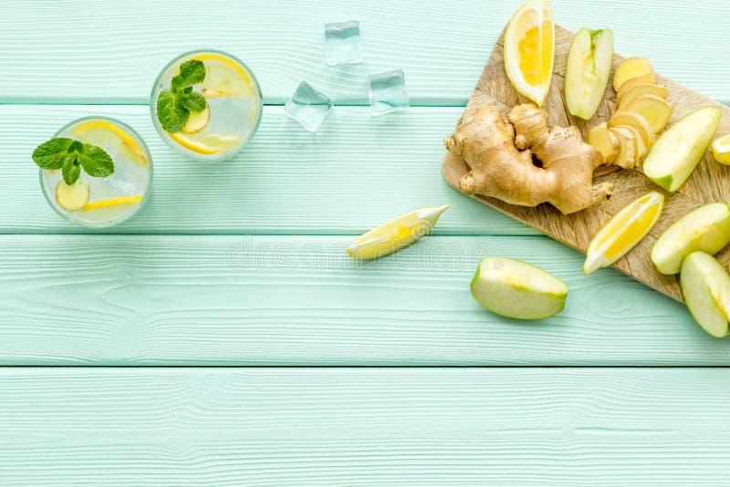 Коктейли лета для свежести с льдом, имбирем, мятой, яблоком и лимоном н стоковая фотография rf