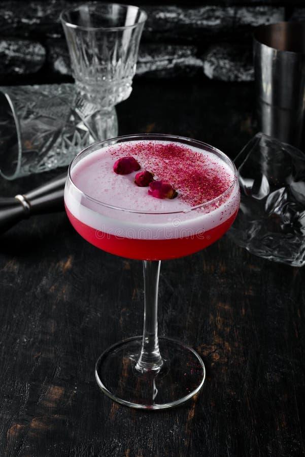 Коктейль алкоголя с розами и ромом стоковая фотография rf