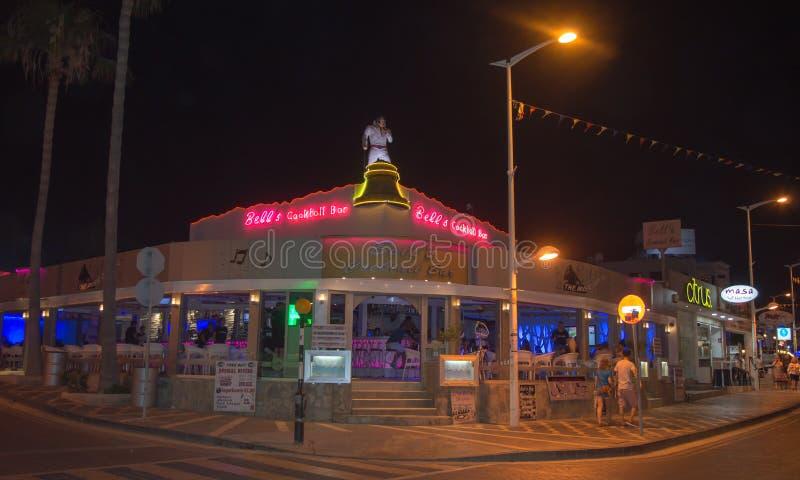 Коктейль-бар ` s колокола на ноче в Protaras, Кипре 10-ого июня 2018 стоковые фото