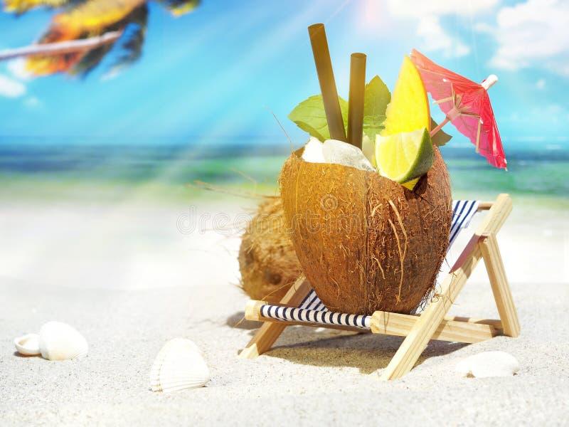Коктейль кокоса на тропическом пляже стоковое фото rf