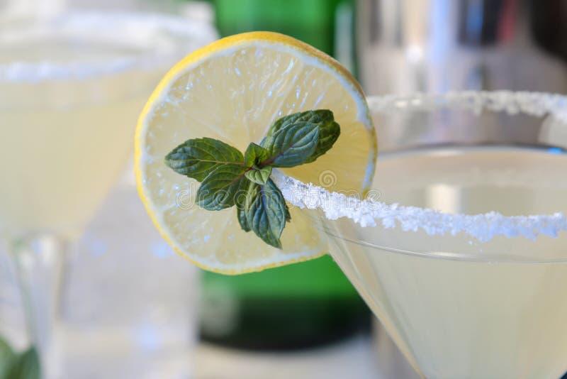 Коктейль Маргариты, коктейль алкогольного напитка, Маргариты с лимоном и мята и соль на яркой таблице r запас и accesso бара стоковое изображение