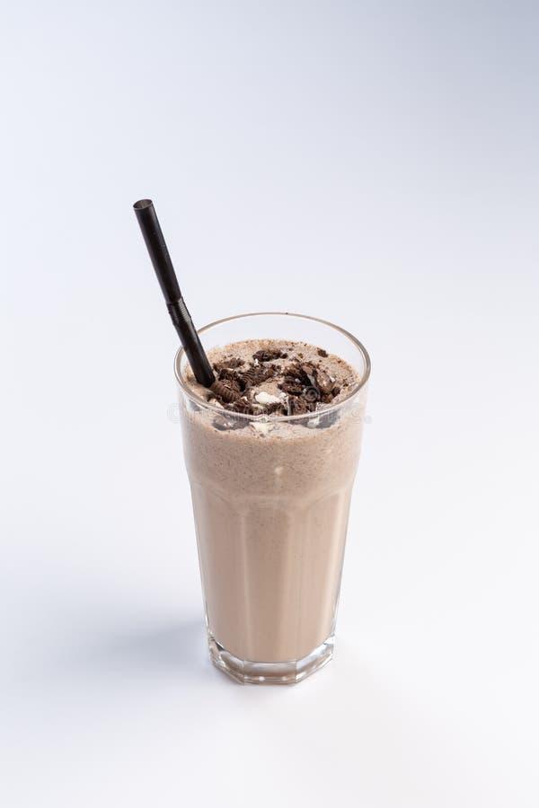 коктейль Молок-шоколада в высокорослом стекле с соломой на белой предпосылке стоковая фотография