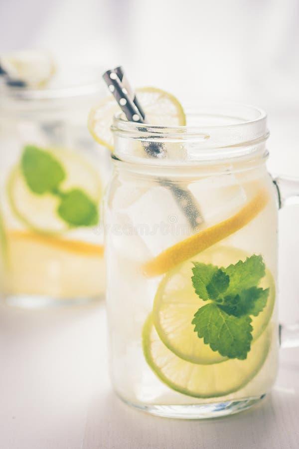 Коктейль Mojito лимонада со свежими холодными листьями льда, лимона и мяты в опарнике каменщика стоковое фото rf