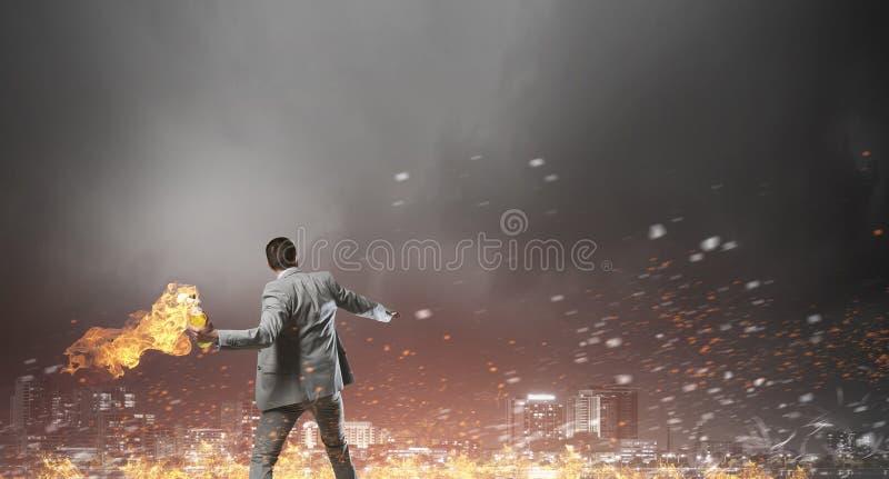 Download Коктейль Молотоваа бизнесмена бросая Мультимедиа Стоковое Изображение - изображение насчитывающей террор, противозаконное: 81808371