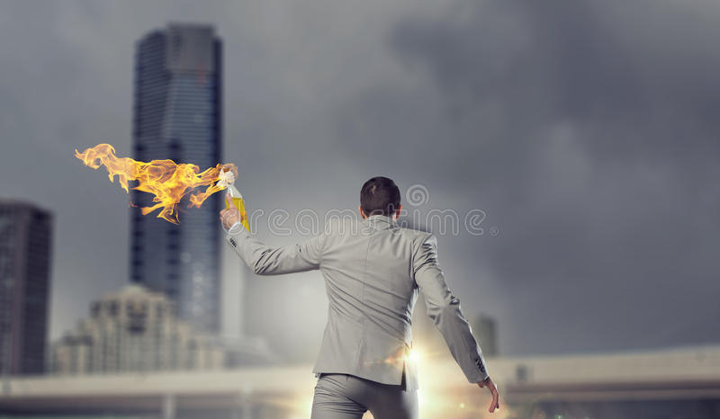 Download Коктейль Молотоваа бизнесмена бросая Мультимедиа Стоковое Изображение - изображение насчитывающей повстанец, бой: 81808381