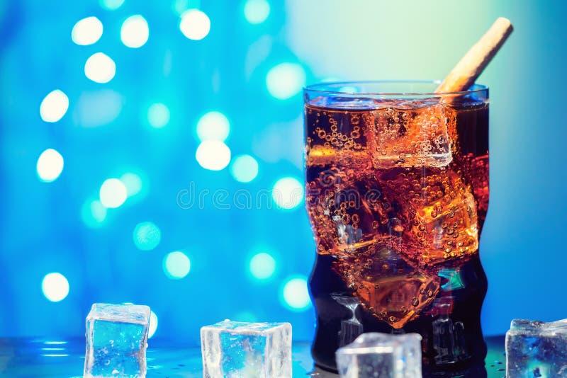 Кола в выпивая стекле с фаст-фудом напитка питья куба льда сладостным сверкная carbonated с большой калорией стоковые изображения rf