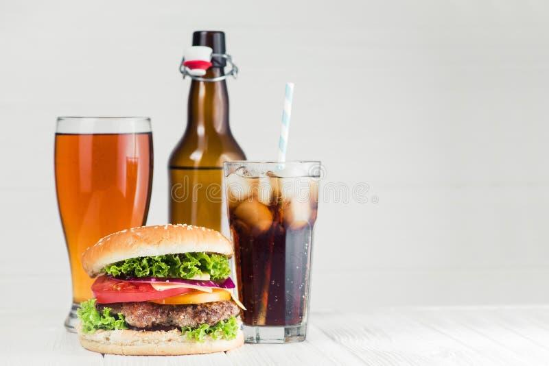 кола, пиво и бургер стоковые изображения rf