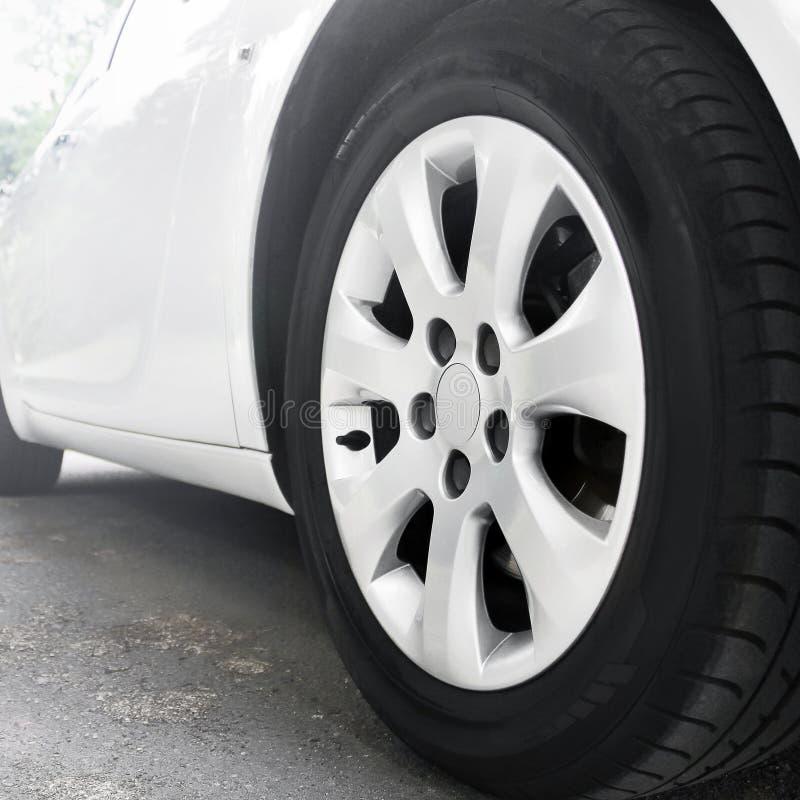 Колеса автомобиля закрывают вверх на предпосылке асфальта урожай автомобиля предпосылки легко включил вне путь для того чтобы vec стоковое изображение