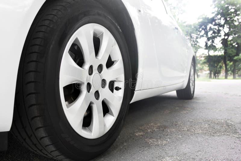 Колеса автомобиля закрывают вверх на предпосылке асфальта урожай автомобиля предпосылки легко включил вне путь для того чтобы vec стоковое фото rf