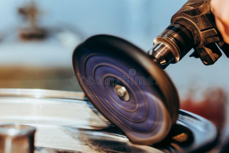 Колеса автомобиля сплава полируя процесс Алюминиевое восстановление оправ стоковое фото