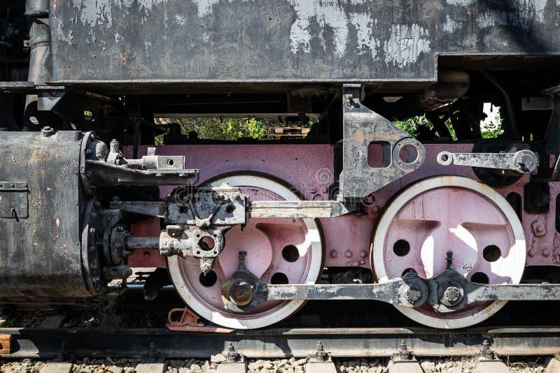 Колеса старого локомотива пара красного цвета и элементов привода стоковые изображения