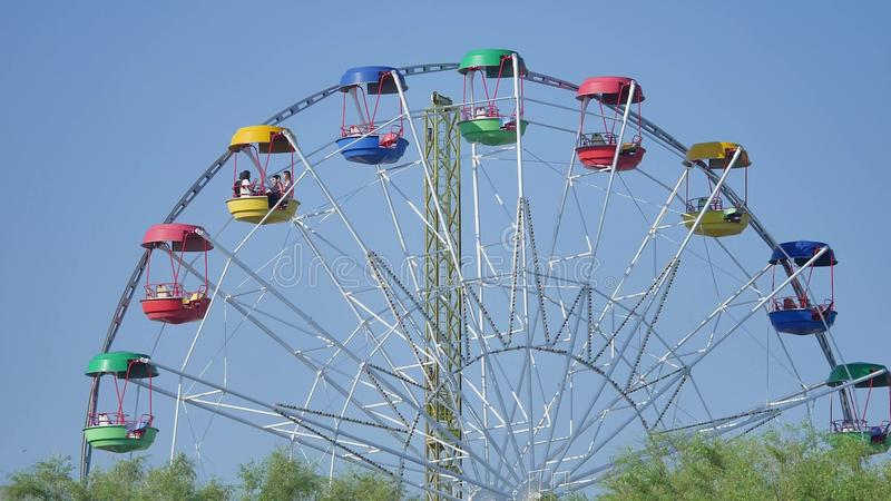колесо вектора парка ночи ferris занятности Колесо Ferris над голубым небом колесо вектора парка ночи ferris занятности стоковые изображения