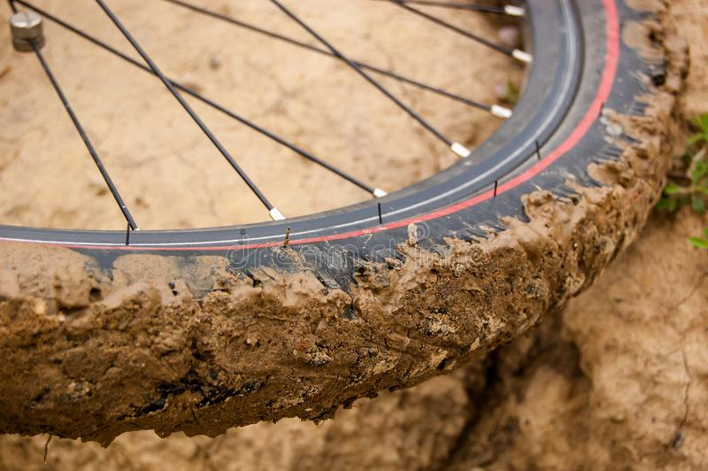 Колесо велосипеда с грязью на автошине стоковые изображения rf