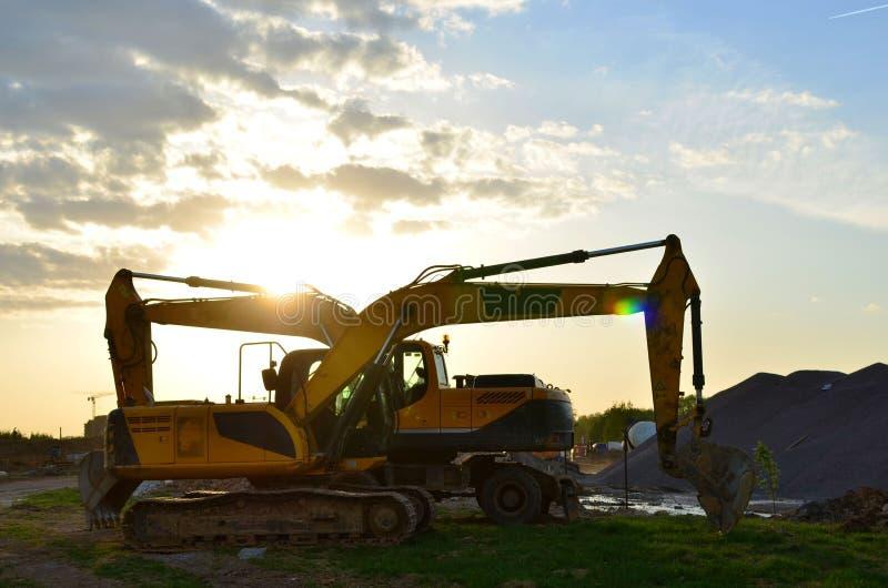Колесо и отслеживаемые тяжелые экскаваторы работая на строительной площадке гидравлический кран экскаватора на строительной площа стоковое фото
