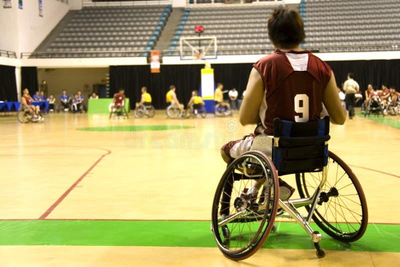 колесо людей людей баскетбола выведенное из строя стулом стоковые изображения