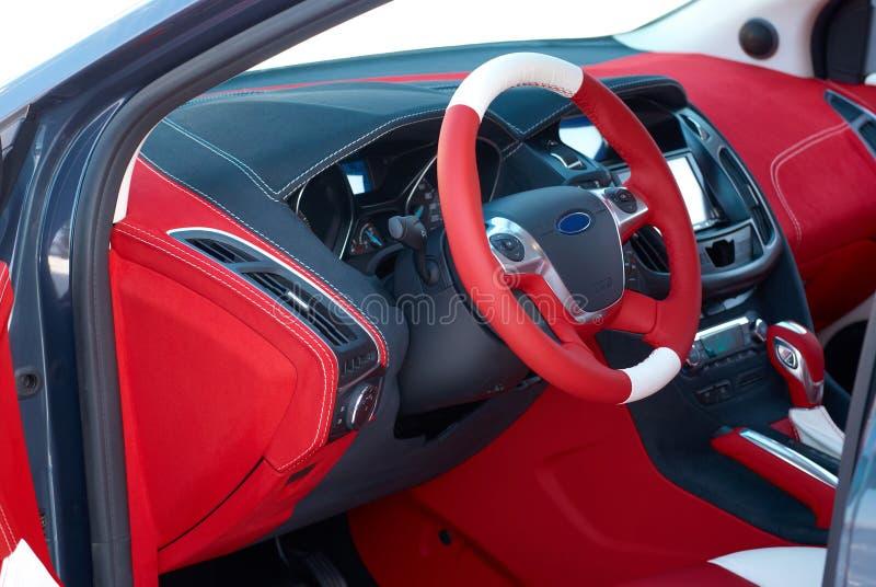 колесо перевозки управления рулем автомобиля нутряное навигация приборной панели пульта автомобиля электронная Детали интерьера а стоковые изображения rf