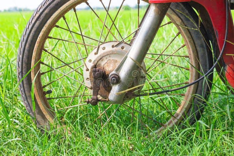 Колесо покинутого мотоцилк с проломом барабанчика стоковые изображения rf