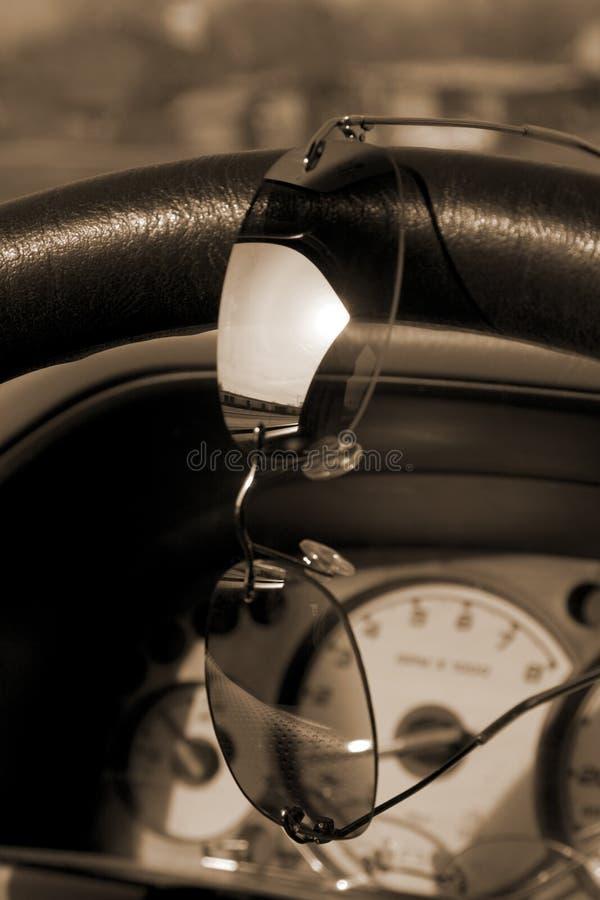 колесо солнечных очков управления рулем стоковое фото