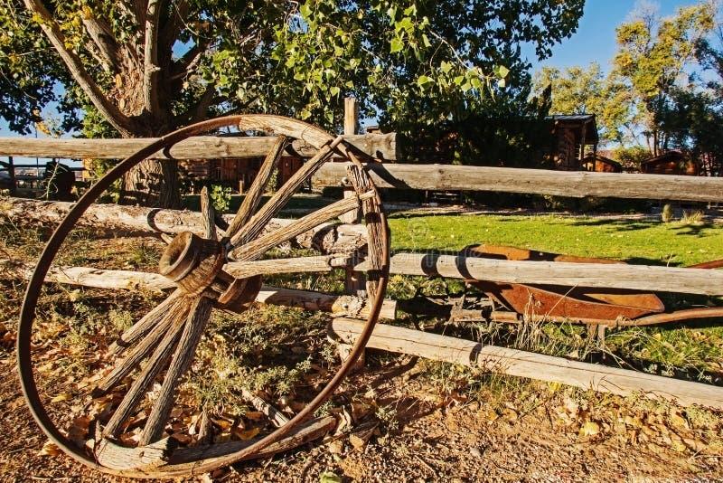 Колесо телеги против деревянной загородки стоковые изображения rf