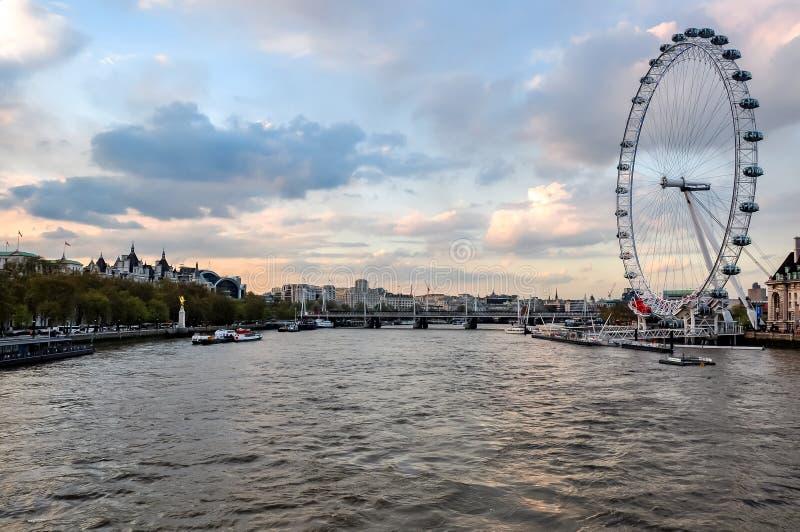 Колесо тысячелетия глаза Лондона и Река Темза на заходе солнца, Лондон, Великобритания стоковая фотография rf