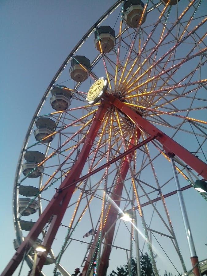 Колесо Ferris на окружной ярмарке стоковые изображения rf