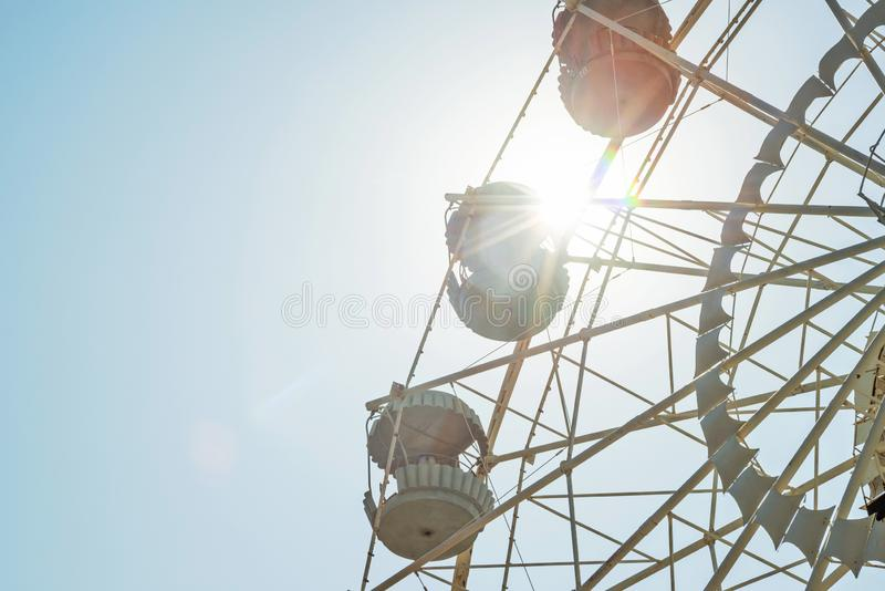 Колесо Ferris на предпосылке неба Колесо Ferris на солнечной предпосылке неба стоковое фото rf