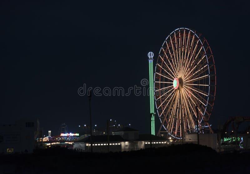Колесо Ferris на променаде города океана вечером стоковое изображение rf