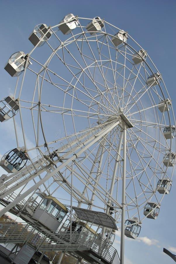 колесо ferris на речном береге стоковые изображения rf