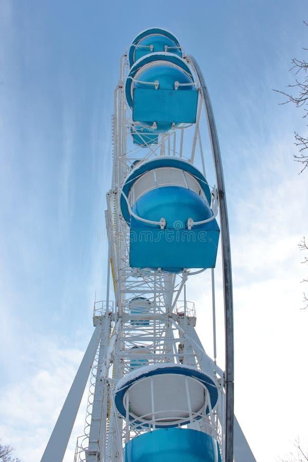Колесо Ferris на снежном парке привлекательностей стоковые изображения