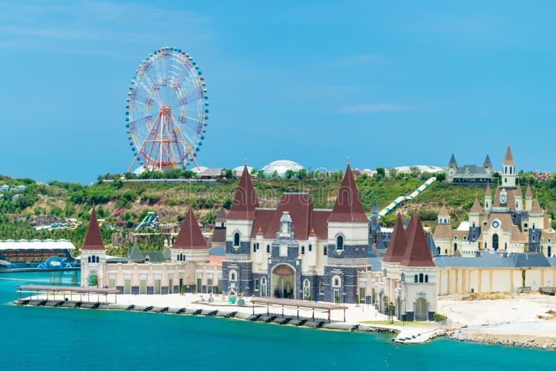 Колесо Ferris на холме и замок сказки на пляже в парке атракционов стоковые изображения rf